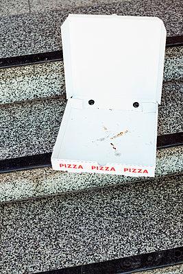 Leere Pizzaverpackung auf Treppenstufen - p432m1572634 von mia takahara
