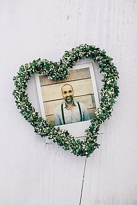 Polaroidfoto und ein Gebinde in Herzform - p586m1004481 von Kniel Synnatzschke