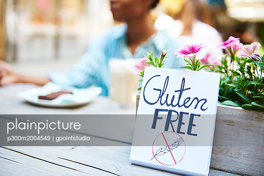'Gluten free' sign at pavement cafe - p300m2004549 von gpointstudio