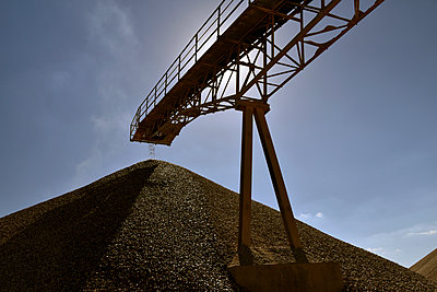Conveyor belt above heap of gravel in gravel pit - p300m1176179 by lyzs