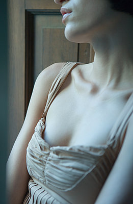 Woman wearing camisole, cropped - p675m1062950 by Matthieu Spohn