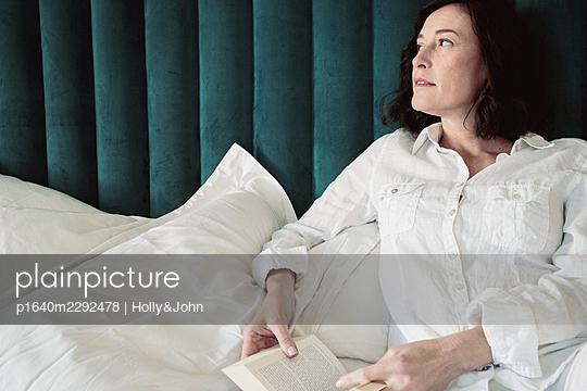 Frau zuhause - p1640m2292478 von Holly&John