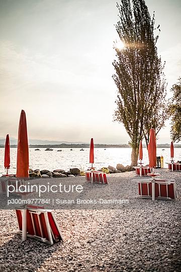 Italy, Peschiera del Garda, Lake Garda, coast at early morning - p300m977784f by Susan Brooks-Dammann
