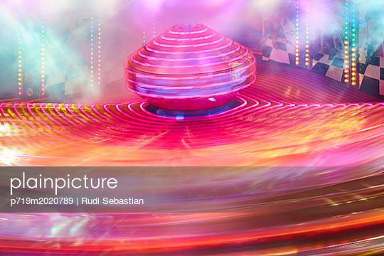 Rotierendes Karussell bei Nacht - p719m2020789 von Rudi Sebastian