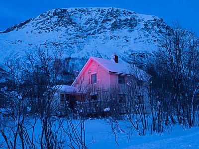 House in snowy landscape - p1250m2125584 by werner bartsch