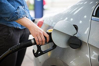 Woman fuelling car - p300m1166115 by Christophe Papke