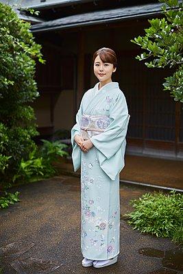 Young Japanese woman wearing traditional kimono - p307m2135272 by Yosuke Tanaka
