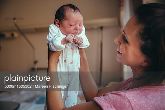 plainpicture | Photo library for authentic images - plainpicture p300m1505302 - Happy mother holding her ne... - plainpicture/Westend61/Mareen Fischinger
