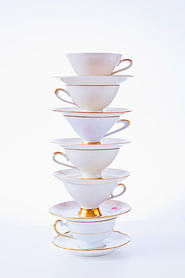 Stack of coffee cups - p1149m2027705 by Yvonne Röder
