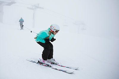Girl skier skiing in snow - p1192m1546610 by Hero Images