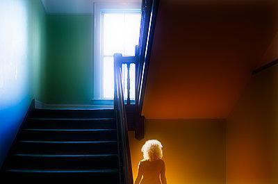 Frau im Treppenhaus - p1693m2291272 von Fran Forman