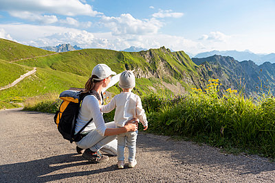 Germany, Bavaria, Oberstdorf, mother and little daughter on a hike in the mountains - p300m2028790 von Daniel Ingold