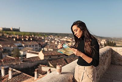 Madrid, Spain. Young tourist enjoying a Castilian village in the center of Madrid. - p300m2282618 von Manu Reyes
