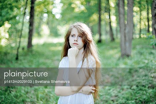 Porträt eines Mädchens mit blonden Haaren - p1412m2029103 von Svetlana Shemeleva