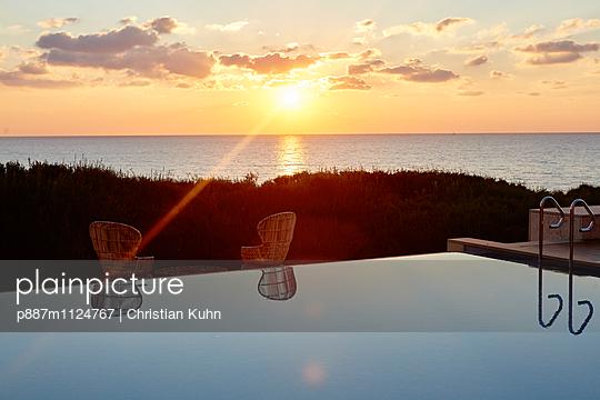 Sonnenuntergang - p887m1124767 von Christian Kuhn