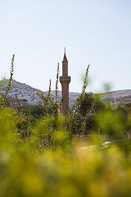 Minarett in grüner Landschaft - p680m1082926 von Stella Mai