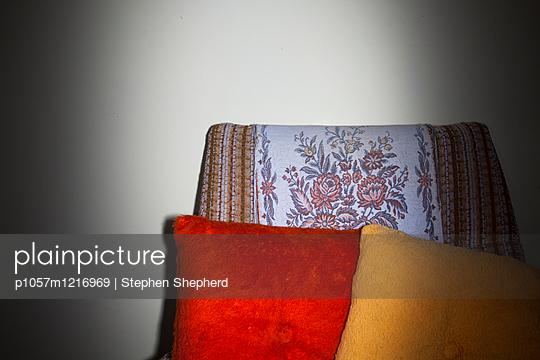 Sessel mit Sofakissen - p1057m1216969 von Stephen Shepherd