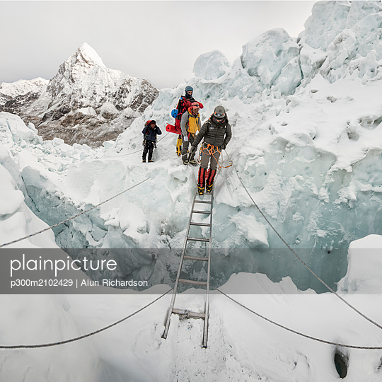 Nepal, Solo Khumbu, Mountaineers at Everest Icefall - p300m2102429 by Alun Richardson