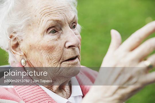 Germany, North Rhine Westphalia, Cologne, Senior woman looking away, close up - p300m2213782 by Jan Tepass