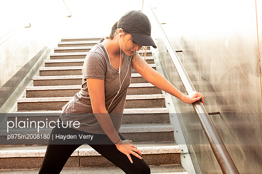 Junge Frau - p975m2008180 von Hayden Verry