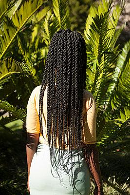Rückansicht einer afrikanischen Frau  - p045m1465157 von Jasmin Sander