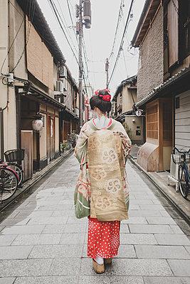 Frau im Geisha-Style trägt einen Kimono - p1345m2055578 von Alexandra Kern