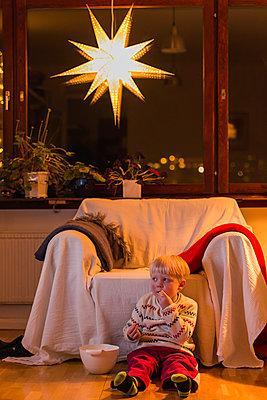 Kleiner Junge isst Kartoffelchips - p1418m1571465 von Jan Håkan Dahlström