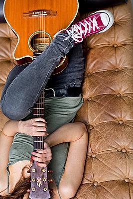 Gitarristin - p814m972410 von Renate Forster