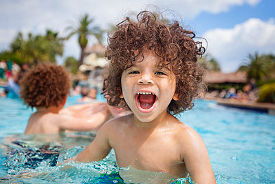 Cute boy playing in swimming pool with brother, Destin, Florida, USA - p924m1030260f by Romona Robbins Photography