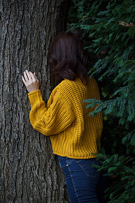 Naturverbundenheit einer Frau - p045m2027544 von Jasmin Sander