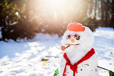 Close-up of snowman on snowy field - p1166m1474035 by Cavan Images