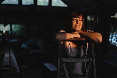 Brunette woman leaning on ladder - p586m2134839 by Kniel Synnatzschke