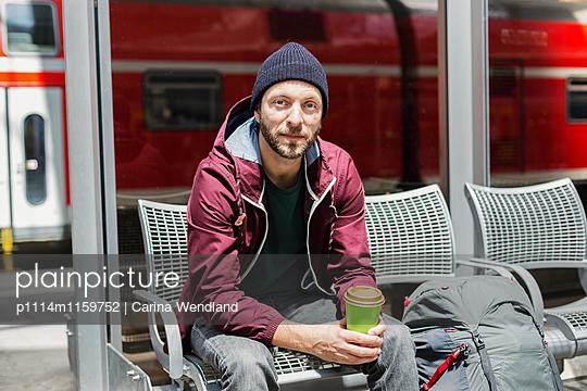 junger Mann wartet am Bahnhof - p1114m1159752 von Carina Wendland