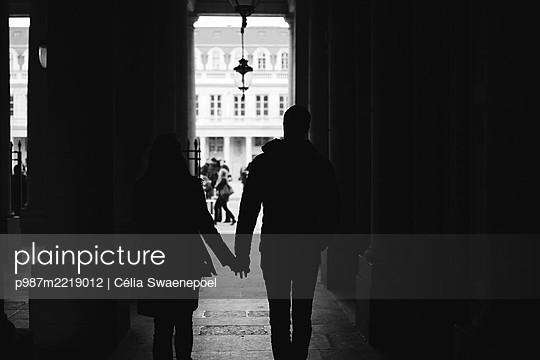 main dans la main - p987m2219012 by Célia Swaenepoel