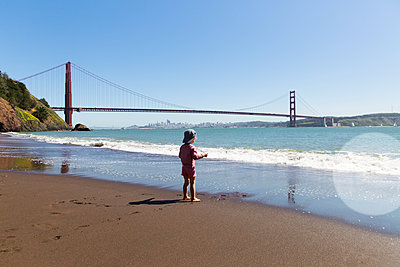 Boy standing at San Francisco beach  - p756m1461769 by Bénédicte Lassalle