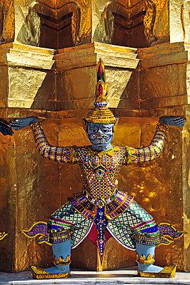 Goldener Chedi vor dem Pantheon (Wat Phra Kaeo) im Königspalast - p9793500 von Allgoewer