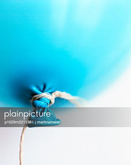 Blauer Luftballon, doppelt verknotet - p1629m2211331 von martinameier