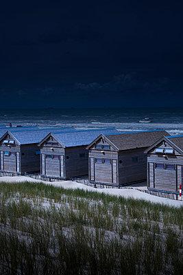Strandhäuser in der Nacht - p1032m1139033 von Fuercho