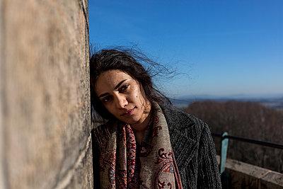 Junge Frau an Mauer gelehnt - p1611m2182309 von Bernd Lucka