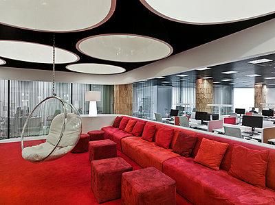Großraumbüro mit Lounge - p390m1091740 von Frank Herfort