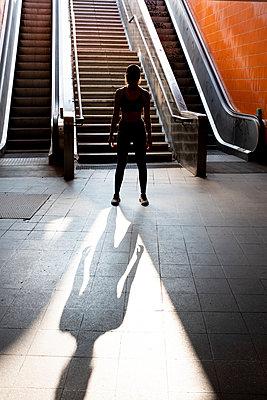 Junge Frau - p975m2008177 von Hayden Verry