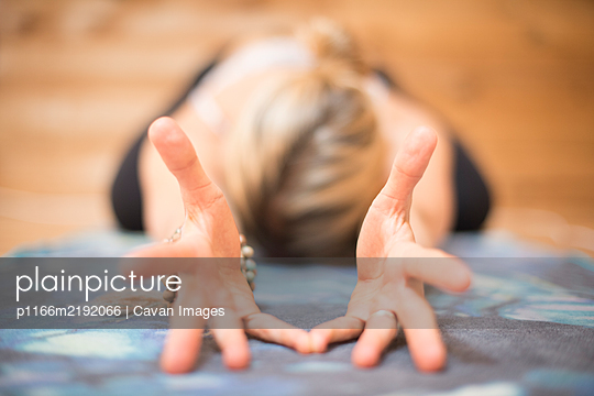 Close up of a girls hands during yoga. - p1166m2192066 by Cavan Images