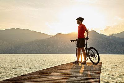 Mountainbiker am Abend - p1294m1508121 von Sabine Bungert