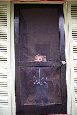 Junge an der Tür - p1308m2065263 von felice douglas