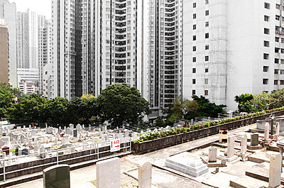 Bare graveyard in Hong Kong - p2370715 by Thordis Rüggeberg