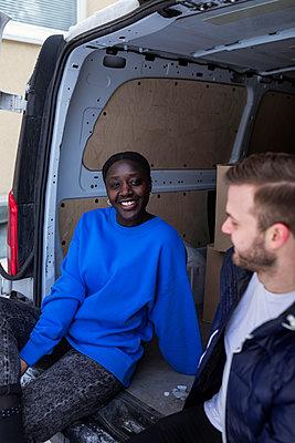Couple sitting in open van - p312m2280743 by Plattform