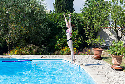 Jump into the pool - p756m932177 by Bénédicte Lassalle