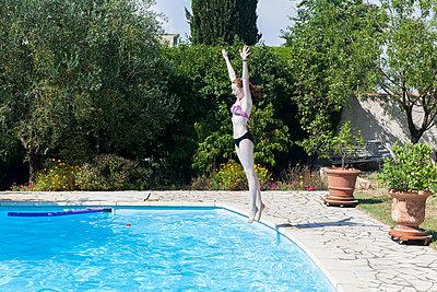 Sprung in den Pool - p756m932177 von Bénédicte Lassalle
