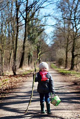 Child in autumn - p902m814659 by Mölleken