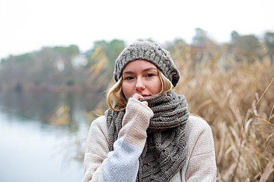 Young woman knit cap on the lakefront - p975m2229430 by Hayden Verry